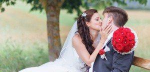 Hochzeitsfotograf Albstadt - Brautpaarbilder in der Natur auf Parkbank - Hochzeitsfeier in Irndorf